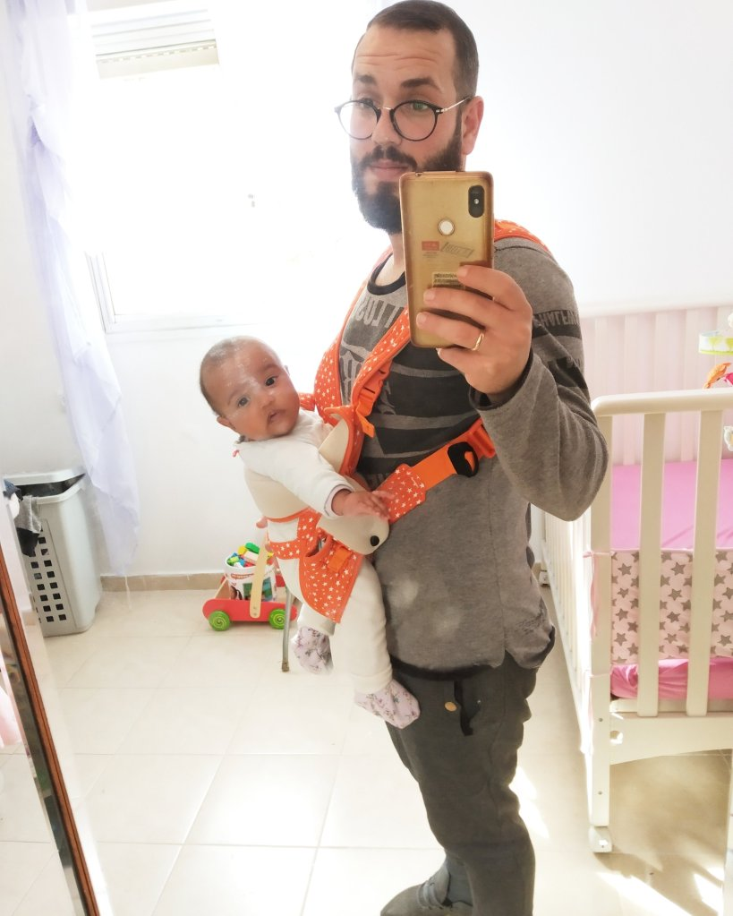 מנשא , שי-לי ואני , אבא במשרה מלאה , הורות , אבא , אמא , תינוק , תינוקת , ילדה